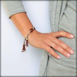 Bracelet cuir femme demi jonc breloques pompons tabac 3